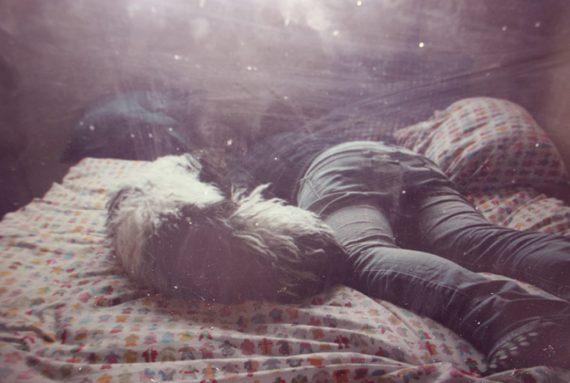 perro_chica_cama
